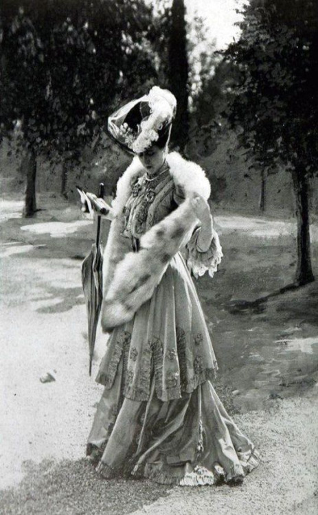 1905-06 France. via shewhoworshpscarlin tumblr parasol