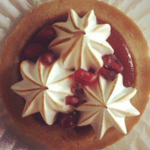 Pom Tart Meringue Red Pastry food